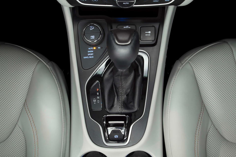 2020 Jeep Cherokee gear shifter overhead view