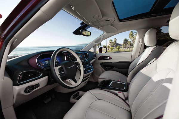 Side front interior view of seats in white leather in Chrysler Pacifica